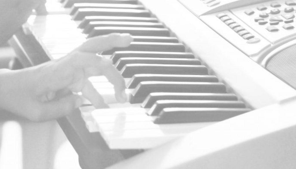 afroperu_home_klavierspielend